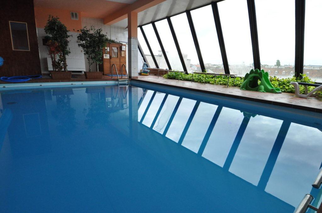 Schwimmbecken über den Dächern Wiens