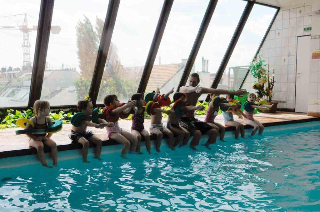 Kinder lernen schwimmen in der Wiener Schwimmschule